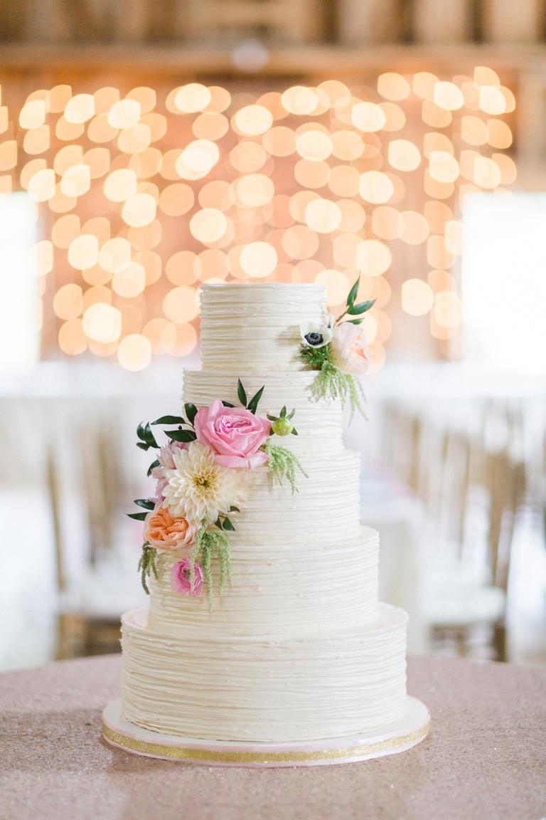 0f0661c37f Μία διαφορετική τούρτα γάμου στολισμένη με φυσικά λουλούδια!